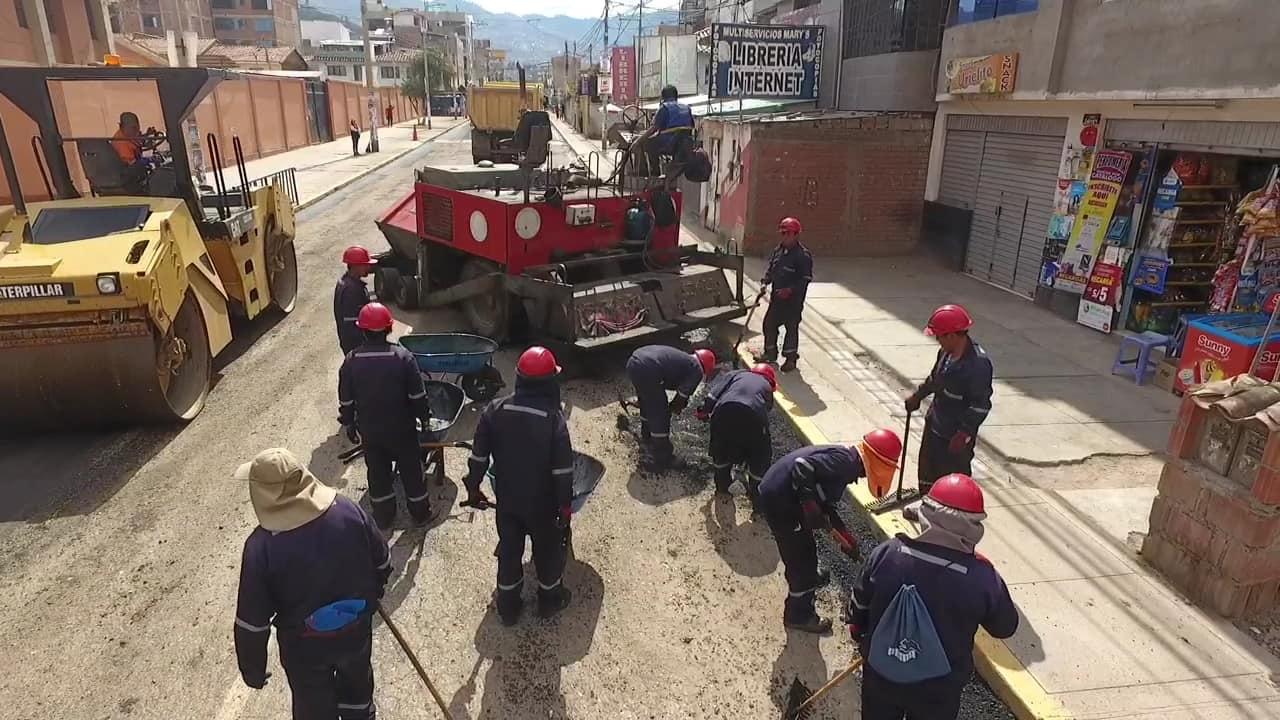 Con el objetivo de restablecer las condiciones de transitabilidad vehicular y peatonal, continúan los trabajos de pavimentación de la Avenida Jorge Chávez, Jirón Qoricancha y pasajes América y Cesar Vallejo en el distrito de Wanchaq. Los tr